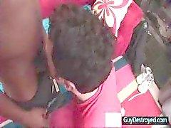 Adam ağzını Guydestroyed tarafından büyük bir siyah horoz tarafından tahrip