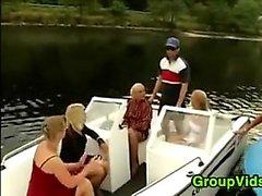 Excitée populaire Assemblée Up For sexuelle dans un bateau