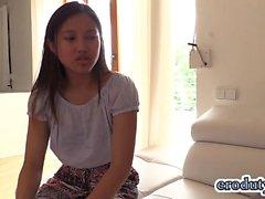 Тайский подростковый фаллоимитатора и оргазм
