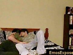 Deux très jeunes des emos ayant gaye libre sexe sur un lit 2ème partie
