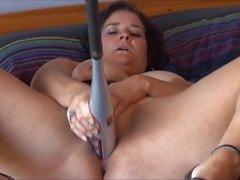 Jennifer cogiendo el bate de béisbol