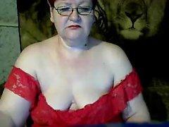 Sexy rossa matura ripieno la figa con un dildo