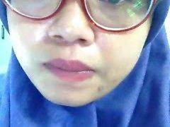 indonesialainen muslimi tyttö idda Sormipeli toimiston pesuhuoneessa - P2