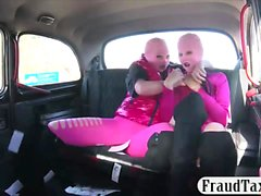 Deux naughty babes hardcore fucking avec le conducteur pervers
