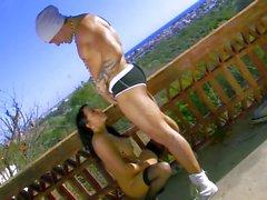 Busty brunett får sex på balkongen