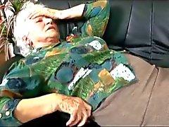 Oma Norma ruft Dr. Schoko