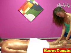 Asiatisk massage babe wanking på klient kuk