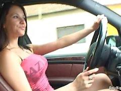 Busty Brunette autolla ajamista