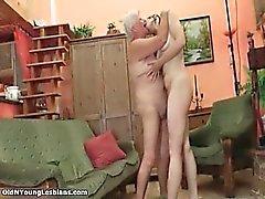 Kiimainen ja ikäinen tyttö nuolemaan mummo