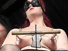 Garip breasts boyunduruğundan aşırı bir Femdom