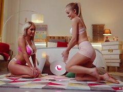 Une GIRL SAIT - lesbiennes hongrois Sicilia et Christina font l'amour donner un coup de brosse
