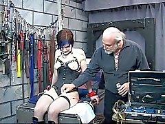 Leuke getatoeëerd bdsm brunette is aangesloten op elektriciteit martelwerktuig