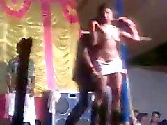 Indian fille bande de spectacle de danse en public
