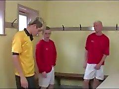 Kuuma ryhmä homo Twinks jalkapallo pukuhuoneessa ryhmä suihin hauskaa