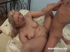 Pretty Mamma och Stepson blir kåt Over Porn