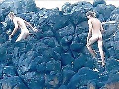 Goed uitziende homo jongens neuken op het strand