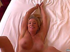 Busty Cougar rubia caliente jode de POV
