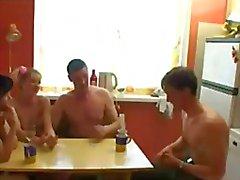 Venäläisen brides pelaat Strip Poker .