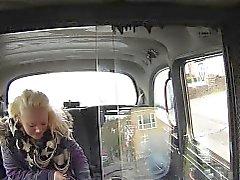 flequillo BBW rubia en un taxi en maderas