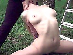 joven esclavo atarse y follada en el jardín