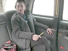Busty amatör sarışın fahişesi arka koltuğa çivilenmiş alır