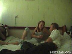 Adolescentes amadores jogam um jogo oral