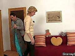 Blondine Oma springt auf jungen Hahn