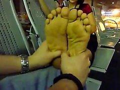 Vietnamiano massaggio della donna piedi in all'aeroporto