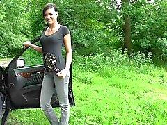 Sötsak tysk tjej har bil sex i arten avslutade wih ansikte