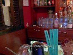 Niedliche Rihannas wird an der Bar seducied