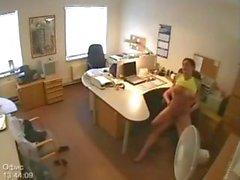 Секретаря получает выебанная в Hidden бюро камеры