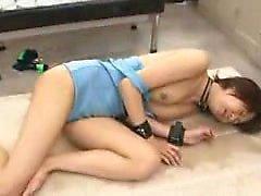 Slutty fille japonaise étouffe la viande dure et prend un mouthf