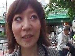 Sultry asiatisk fru blir plockad upp och matar sin lust