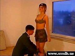 sexy jonge hete leger meisje geeft blowjob en wordt geneukt