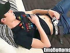 D'Emo twink Danny étoile tirant sur son sexe sur son lit