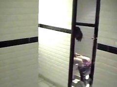 Пара, пойманная в ванной