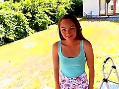 Adorable petite teen Sabrina Ray pilé par un coq monstre