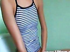 18yo Russische Chick Met Sexy behaard poesje tiener amateur tiener cumshots slikken