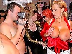 Två kåt sluts kysser varandra på scenen för i en förening på en könsbestämmer orgien