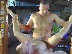 Horny gay dudes fucking dans le jardin
