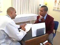 Médico gay jovem seduzido e gay médico