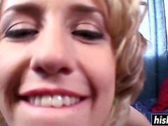 Kurzhaarige Blondine liebt es, Schwänze zu essen