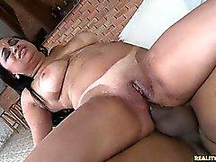 Celiny rider på kuken i hennes arsle eftersom hennes stora tuttar