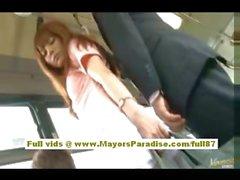 In Rio asiatische Teen Babe bekommen ihre haarige Möse gestreichelt im Bus