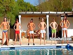 Six Jugendlichen nackt Sie am Pool von Rußland