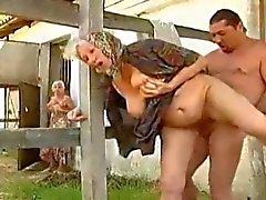 Горячий Насыщенный парами бабушки Пол на ферме