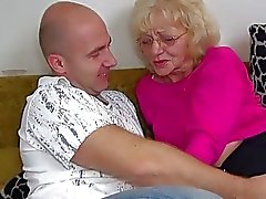 Heißen jungen guy verdammt mit Oma dem Strapon