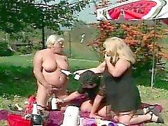 Oma Lesbian Im Freien Threesome