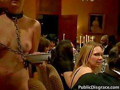 Schlechte das Abendessen Slave wird von allen Gästen zur Verfügung und bekommt eine Gesichtsbehandlung