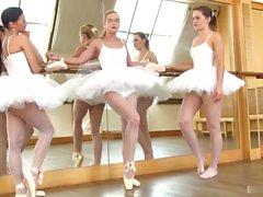 A fim de construir camaradagem entre os dançarinos, ...